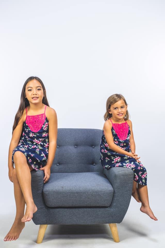 Enfants sur un canapé